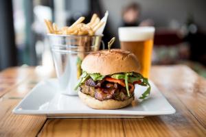 American Restaurant w/Full Bar & Sales $1.1m plus!!